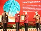 Gubernur Bali Wayan Koster menerima sertifikat kekayaan intelektual dari Menteri Hukum dan HAM Yasonna Laoly di Taman Budaya Bali, Jumat, 5 Februari 2021 - foto: Istimewa