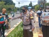 Personil Polsek Tanjung Duren Jakarta Barat bersama Polwan melakukan edukasi dan pembagian masker di Ruko dan Restoran sepanjang Jalan Tanjung Duren Raya, Grogol Petamburan, Jakarta Barat, Sabtu (06/02/2021) - foto: Istimewa
