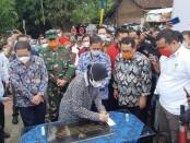 Menteri Sosial (Mensos) Tri Rismaharini sendiri yang meresmikan jalan dan sarana sanitasi yang dibangun serangkaian aksi sosial SMSI di Kampung Jaha, Desa Pagar Agung, Kecamatan Walantaka, Kota Serang, Banten, Minggu 7 Februari 2021 - foto: Istimewa