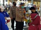 Kapolsek Cikarang  Selatan Kompol Sutrisno SH bersama tim Security Lippo Cikarang melakukan pembagian masker, Senin (8/2/2021) - foto: Bob/Koranjuri.com