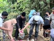 Memperingati HPN 2021, Pewarta Purworejo melakukan ziarah ke makam para wartawan yang sudah berpulang, Selasa (09/02/2021) - foto: Sujono/Koranjuri.com