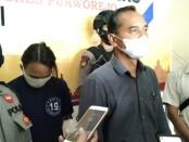 Kasatreskrim Polres Purworejo AKP Agus Budi Yuwono, saat menunjukkan tersangka AD (28), seorang pedagang siomay warga Suren, Kutoarjo, yang diduga kuat telah melakukan pencurian perhiasan emas tetangganya, Kamis (11/02/2021) - foto: Sujono/Koranjuri.com