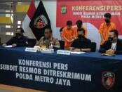 Polda Metro Jaya meringkus 2 perempuan yang menjadi pelaku pencurian swalayan yang sepi pengunjung. Dua pelaku yakni, SF (27) dan AFC (26) - foto: Bob/Koranjuri.com