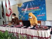 Kepala SMK Batik Purworejo, Yati Dwi Puspita Adi, S.Pd, didampingi  Waka Kesiswaan, A. Mujahidin Tsani, S.Pd.Jas, saat memberikan pengarahan secara online pada para peserta LDK (Latihan Dasar Kepemimpinan), Jum'at (12/02/2021) - foto: Sujono/Koranjuri.com