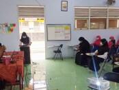 Kepala SMK Kesehatan Purworejo, Nuryadin, SSos, MPd, saat memberikan pengarahan kepada para siswa yang lolos seleksi sekolah untuk mengikuti SNMPTN 2021 (Seleksi Nasional Masuk Perguruan Tinggi Negeri), Rabu (17/02/2021) - foto: Sujono/Koranjuri.com