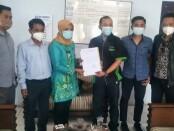 Camat Ngombol, Nurfiana, menyerahkan surat pencabutan kepada Direktur Kemitraan KOIN, Moh Ali Rif'an, didampingi Kuasa Hukum dari Kantor Hukum Wahyu Indarto & Rekan yang beralamat di Semarang - foto: Sujono/Koranjuri.com