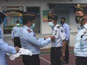 Karutan Purworejo Muhamad Mukaffi saat menyematkan pin WBK pada perwakilan pegawai Rutan Purworejo, Senin (22/02/2021) - foto: Sujono/Koranjuri.com