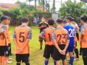 Tim sepakbola SMPN 26 Purworejo, The Dream Team terus menempa diri di masa pandemi, dengan bimbingan pelatih Angga Putrawan - foto: Sujono/Koranjuri.com