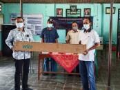 Ketua Tim CSR PT Wilo Pumps Indonesia, Tri Adi, saat memberikan bantuan pompa sumur dalam kepada Pamsimas Desa Pringgowijayan, yang diterima Pj Kepala Desa Pringgowijayan Ahmadi Sunawar, Sabtu (06/03/2021) - foto: Sujono/Koranjuri.com