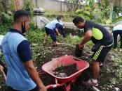 Para warga binaan Rutan Purworejo yang tergabung dalam Tim Merah Putih saat melakukan bakti sosial di Kodim 0708 Purworejo - foto: Sujono/Koranjuri.com