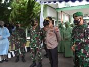 Keterangan foto: Pangdam IV Diponegoro di dampingi Kapolda Jawa Tengah saat meninjau program vaksinasi di kalangan PNS dan Prajurit TNI AD Di Korem Makutarama / Foto : Penrem Makutarama