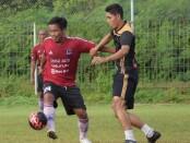 I Gede Sukadana (kiri) saat bermain fun bersama Mitra Devata - foto: Yan Daulaka