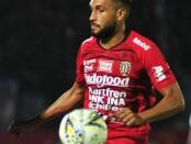 Bek Wiliam Pacheco tangguh di lini belakang Bali United saat mengalahkan Persiraja - foto: Yan Daulaka