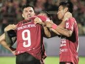 Penyerang Bali United, Ilija Spasojevic dirangkul temannya Stefano Lilipaly dan kapten tim Fadil Sausu usai mencetak gol - foto: Istimewa