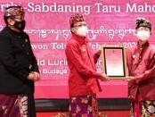 Gubernur Bali, Wayan Koster memberikan penghargaan Bali Kérthi Nugraha Mahottama kepada 2 tokoh Bali yang telah mengabdikan diri untuk pelestarian Bahasa, Aksara, dan Sastra Bali - foto: Istimewa