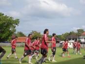 Skuat Mitra Devata gelar latihan jelang lakoni 3 laga friendly match sebelum Nyepi 2021 - foto: Koranjuri.com