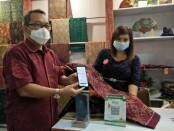 Kepala Perwakilan wilayah Bank Indonesia (KPwBI) Provinsi Bali, Trisno Nugroho menunjukkan pembayaran nirsentuh QRIS - foto: Istimewa
