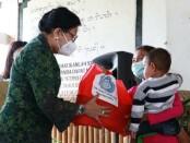 Ketua TP PKK Provinsi Bali Putri Suastini Koster menyerahkan bantuan kepada 20 balita kurang gizi dan 10 ibu hamil (bumil) di Desa Tista, Kecamatan Kerambitan, Kabupaten Tabanan, Rabu (10/3/2021) - foto: Istimewa