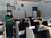 Kasubag TU UPT BLK Dinperinaker Kabupaten Purworejo, Soni Khatamson, SP, saat menunjukkan fasilitas laboratorium Bahasa Inggris di BLK Purworejo, Jum'at (12/03/2021) - foto: Sujono/Koranjuri.com