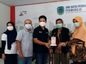 Executive Vice President (EVP) Divisi Bisnis Service PT Telkom Jakarta, Syaifudin, MBA, memberikan kenang-kenangan plakat kepada Kepala SMK Batik Perbaik Purworejo, Yati Dwi Puspita Adi, S.Pd, Jum'at (12/03/2021), dalam kunjungannya ke laboratorium fiber optic sekolah ini - foto: Sujono/Koranjuri.com