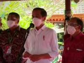 Presiden Joko Widodo bersama Gubernur Bali Wayan Koster (kanan) meninjau vaksinasi dari kalangan umat beragama, budayawan, pemuda dan masyarakat, Selasa, 16 Maret 2021 - foto: Koranjuri.com