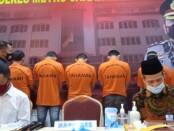 Pelaku pemalsu buku nikah yang ditangkap tim dari Pores Jakarta Utara - foto: Bob/Koranjuri.com
