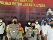 Kapolres Jakarta Utara Kombes Guruh Arif dan Kapolsek Penjaringan AKBP Adriansyah saat melakukan ekspose praktik kecantikan ilegal, Jumat, 26 Maret 2021 - foto: Bob/Koranjuri.com