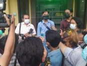 Wartawan Tempo, Nurhadi Memberikan keterangan pers di halaman Polda Jawa Timur, Surabaya, 28 Maret 2021 - foto: Istimewa