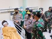 Kapolri Jenderal Listyo Sigit Prabowo bersama Panglima TNI Marsekal Hadi Tjahjanto menjenguk korban ledakan bom di RS Polri Makassar. Kapolri menyampaikan bahwa ada dua orang yang sudah selesai menjalani operasi - foto: Istimewa