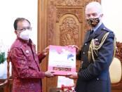 Gubernur Bali Wayan Koster menerima kunjungan Atase Pertahanan Kerajaan Inggris untuk Indonesia dan Timor Leste, Capt Michael Longstaff di Rumah Jabatan, Jayasabha, Denpasar pada Senin (29/3/2021) - foto: Istimewa