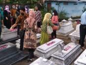 Acara ziarah kubur di makam pendiri, perintis sekaligus Rektor Univet Bantara yang pertama, Drs. Soenaryo A.S di TPU Ngepakan, Gayam, Sukoharjo - foto: Koranjuri.com