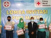 Kepala SMK Kesehatan Purworejo, Nuryadin, S.Sos, MPd, foto bersama para pemenang Lomba Invitasi PMR Tingkat Madya SMK Kesehatan Purworejo se eks Karisidenan Kedu, Rabu (07/04/2021) - foto: Sujono/Koranjuri.com