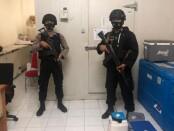 Personel Satbrimob, Polresta Denpasar dan Direktorat Samapta Polda Bali jaga ketat gudang penyimpanan vaksin Covid-19 - foto: Istimewa
