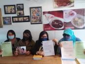 Korban (dua dari kiri) didampingi kuasa hukum, Siti Sapura (dua dari kanan) ditemui di Denpasar - foto: Istimewa