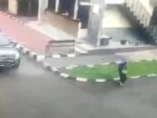 ZA perempuan yang menenteng senjata dan menodongkan kepada petugas jaga di Mabes Polri, Rabu (31/3/2021) - foto: screenshot