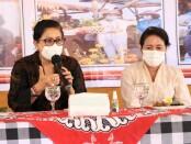 Ketua TP PKK Provinsi Bali Putri Suastini Koster (kanan) melakukan penyuluhan stunting dan bakti sosial Nusa Penida - foto: Istimewa