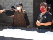 Ketua TP PKK Provinsi Bali Putri Suastini Koster mengunjungi tempat pemrosesan garam piramid di Desa Tejakula, Kabupaten Buleleng - foto: Istimewa
