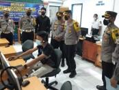 Kapolres Purworejo AKBP Rizal Marito, saat meninjau pelayanan publik polres, Senin (05/04/2021) - foto: Sujono/Koranjuri.com