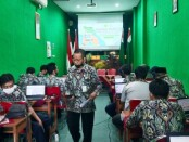 Kepala SMK TKM Purworejo, Ki Gandung Ngadina, SPd, MPd, saat memantau pelaksanaan ujian sekolah di ruang panitia, Selasa (06/04/2021) - foto: Sujono/Koranjuri.com