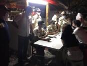 Tim gabungan melakukan razia protokol kesehatan kepada warga negara asing dan WNI di Pantai Batu Bolong, Canggu, Minggu (4/4/2021) lalu - foto: Istimewa