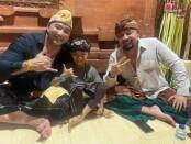 De Gadjah (kiri) bersama sahabatnya Agus Oka (kanan) - foto: Yan Daulaka