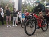 Wakil Bupati Kabupaten Badung I Ketut Suiasa didampingi inisiator kegiatan dari 'Aku for Bali' Isyanita Tungga Dewi membuka gelaran fun bike dari Legian Beach, Minggu, 11 April 2021 - foto: Koranjuri.com