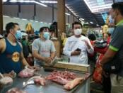 Bupati Kabupaten Klungkung I Nyoman Suwirta memantau harga-harga kebutuhan pokok di Pasar Umum Galiran dan Pasar Seni Semarapura menjelang Hari Raya Galungan dan Kuningan pada Minggu (11/4/2021) - foto: Istimewa