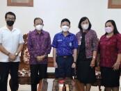 Gubernur Bali Wayan Koster didampingi Kepala Dinas Pendidikan, Pemuda dan Olahraga IKN Boy Jayawibawa saat menerima siswa berprestasi I Gusti Ngurah Gede Angga Panji Kenanta (12) di ajang IMSO 2021 - foto: Istimewa