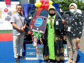 Hery Kusindarto, Pemimpin Bank Jateng Cabang Purworejo, saat menyerahkan hadiah utama dari undian Tabungan Bima Periode II tahun 2020 berupa mobil Mitsubishi Xpander kepada Indruwanti, seorang pensiunan PNS warga Desa Sedayu RT 001 RW 001, Loano, Purworejo, Jum'at (16/04/2021) - foto: Sujono/Koranjuri.com