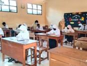Siswa-siswa SMPN 4 Purworejo, saat mengikuti hari pertama Ujian Sekolah, Senin (19/04/2021) - foto: Sujono/Koranjuri.com