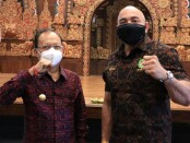 Gubernur Bali Wayan Koster (kiri) bersama Ketua Pertina Provinsi Bali Made Muliawan Arya atau De Gadjah - foto: Istimewa