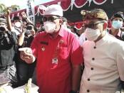 Bupati Tabanan I Komang Gede Sanjaya (kiri) bersama Kepala Perwakilan wilayah Bank Indonesia (KPwBI) Provinsi Bali Trisno Nugroho meninjau pasar murah di Tabanan, Kamis (22/4/2021) - foto: Koranjuri.com