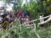 Aksi blokade jalan yang dilakukan warga Wadas, Bener, Purworejo, sesaat sebelum terjadinya bentrokan - foto: Sujono/Koranjuri.com