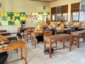 Selama bulan Ramadhan pada masa Pandemi ini, siswa SMPN 15 Purworejo wajib membaca Al Qur'an, 30 menit sebelum kegiatan belajar mengajar (KBM) dimulai - foto: Sujono/Koranjuri.com
